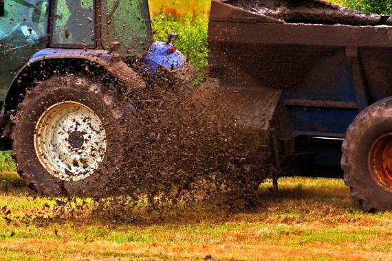 Tractor vertiendo purines